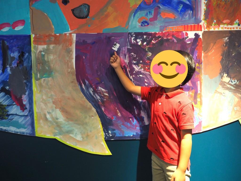 一緒に塗りこまれたくじ引きの紙と、それを指す解説少年